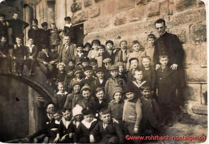 1927 mit Schülern des Geburtsjahrganges 1917 auf der Burg Nanstein bei Landstuhl