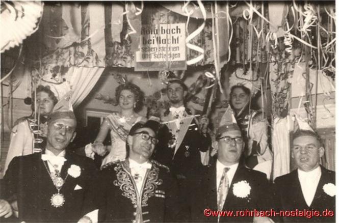 """1956 Die Session stand unter dem Motto: """"Rohrbach bei Nacht, sehen, staunen und schweigen"""". Das Prinzenpaar Gerlinde Tillmanns und Manfred Staut wird im Sälchen des Gasthauses Persil proklamiert"""