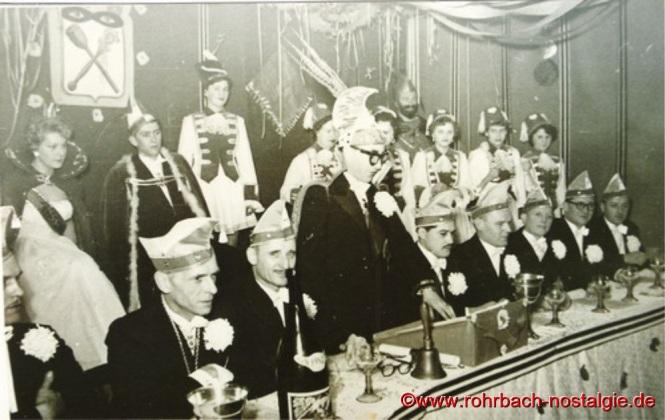 Im Jahr 1955 Hinten das Prinzenpaar Maria Rosa Michel und Günter Weber Der Elferrat von links: Hans Wagner, Artur Banholzer, Paul Reinhardt, Sitzungspräsident Albert Walch, Heinz Wadle, Adolf Hubatschek, Rudi Jacob, Rudi Schaar und Erwin Wolf