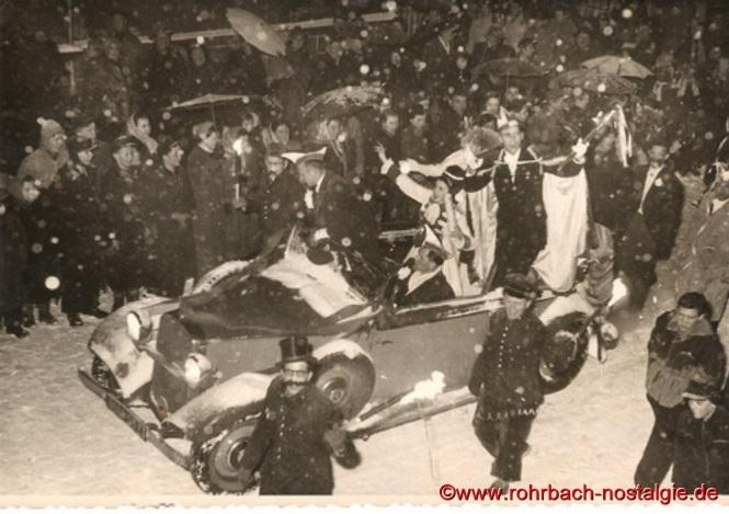 1955 Das Prinzenpaar Maria Rosa Michel und Günter Weber beim Rosenmontagszug
