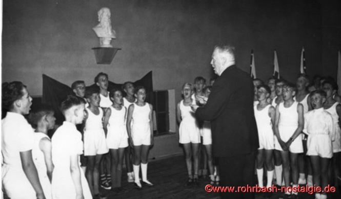 1956 Einweihung der TG Turnhalle: Lehrer Müller mit Schülern des Jahrganges 1943