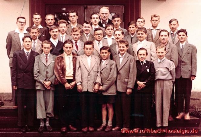1957 Friedrich Müller mit der Abschlussklasse des Geburtsjahrganges 1943