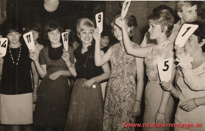 """1965 Die Kandidatinnen zur Wahl """"Miss Rohrbach"""" im Keglerheim Wolf"""