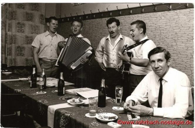 Im Juli 1967 verabschieden sich die Bierkehlchen mit einem Abschiedskonzert in privatem Kreise im Nebenzimmer des Gasthauses Zur Post (Glasersch). Von links: Günter Herrmann, Gerhard Fuß, Albert Knoch, Günter Weiland und Julius Pfeifer