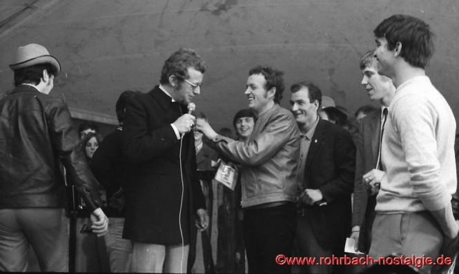 1968 Beatfestival in Rohrbach mit Dieter Thomas Heck und Frankie Farian. Links im Bild mit Hütchen DJ Egon