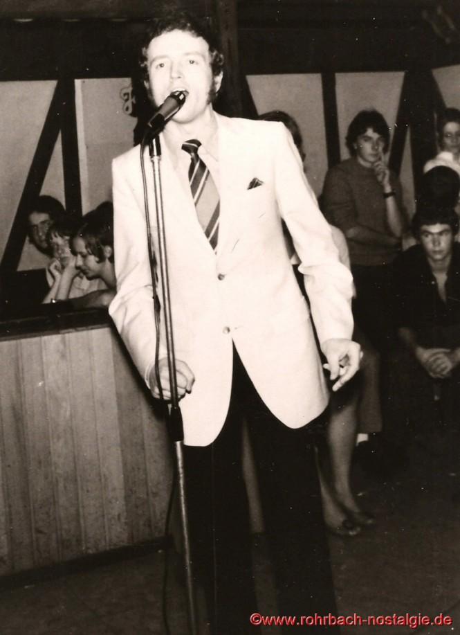 1968 Frank Farian (Produzent von Boney M.) bei einem Gesangsauftritt in der Disco Starlight in Saarbrücken