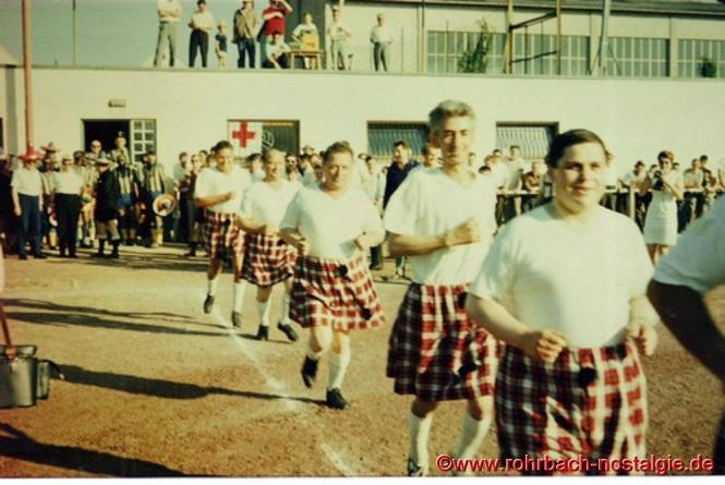 """Die """"Schotten"""" Jackson (Gustel Jacob), McNoll (Albert Knoll), Wolves (Heinz Wolf), Mulligan (Heinrich Meinert) beim Einlaufen"""