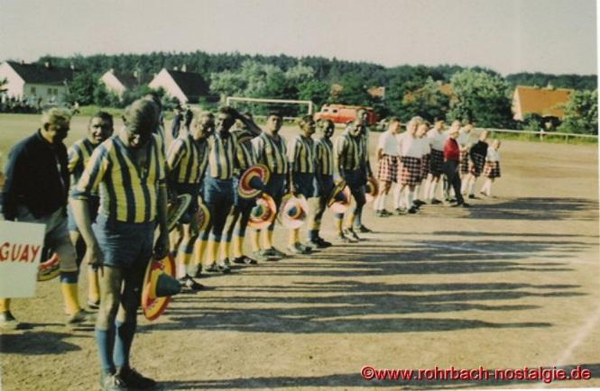 Die beiden Teams beim Abspielen der Nationalhymnen