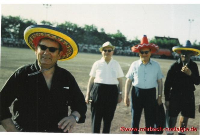 Linienrichter Don Pascha (Max Deckarm), Schiedsrichter Leonidas Colares (Pfarrer Leo Köller)