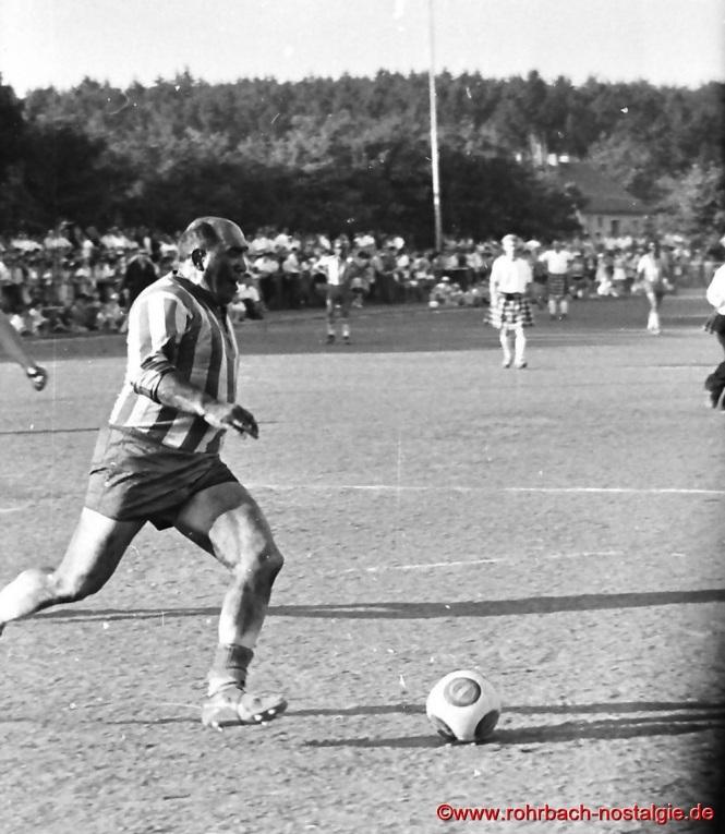 "Der Goalgetter der ""Urus"" Silva (Alois Selzer) am Ball"