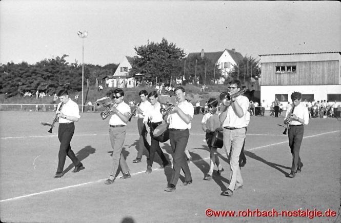 Junge Bläser um Norbert Feibel (2. von rechts mit Posaune) spielen in der Halbzeit zur Unterhaltung