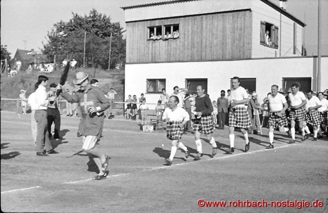 """Kapitän McHopemann (Paul Hoffmann) führt das schottische Team aufs Spielfeld. Ganz vorne im Bild mit Hut, der Trainer der """"Urus"""" Cruzeiro (Gerd Elsen)"""