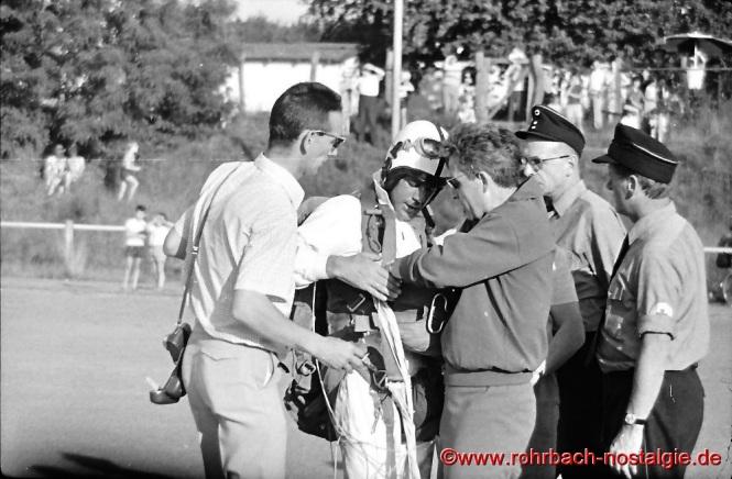 Fallschirmspringer werfen den Ball ab. Links neben dem Fallspringspringer Lothar Gehring, rechts als DRK-Helfer Artur Banholzer und Hans Roschlock
