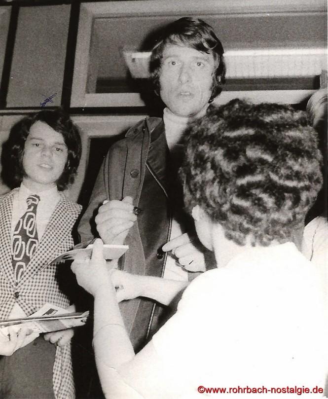1970 Egon Wittmer moderiert eine Autogrammstunde mit dem 2014 verstorbenen Udo Jürgens