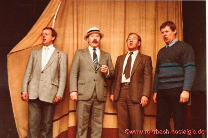 1984 Kurz vor Abriss des Gasthauses Zur Post (Glasersch) singen Gerhard Fuß, Albert Knoch, Richard Schmitt und Günter Herrmann auf der Bühne des Saals, auf der sie viele Jahre vorher die Gäste zu Begeisterungsstürmen hervorrufen. Es fehlt Günter Weiland