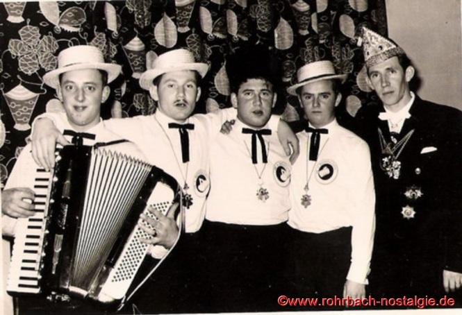 Die 4 Bierkehlchen mit Ihrem Chef (von links: Gerhard Fuß, Albert Knoch, Richard Schmitt, Günter Weiland und Julius Pfeifer)
