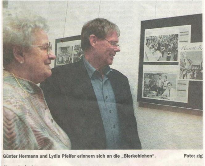 2009 Im Kalender der Heimatfreunde Rohrbach wird an die Bierkehlchen erinnert. Lydia Pfeifer (Frau von Julius Pfeifer) und Günter Herrmann bei der Vorstellung des Kalenders