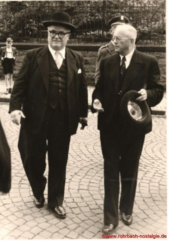 Der Rohrbacher Bürgermeister Jakob Oberhauser begrüßt den Ministerpräsidenten Johannes Hoffmann