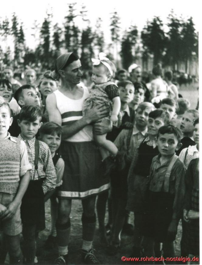 """Nikolaus Deckarm ("""" Prozess Nickel """") mit seinem Enkelchen Renate"""