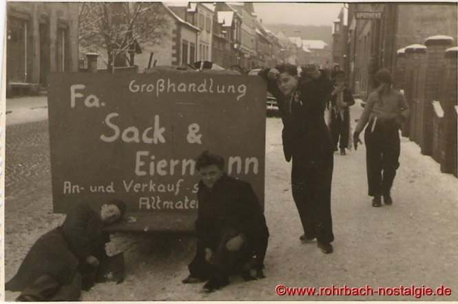 1955 Motivwagen beim Rosenmontagszug Firma Sack und Eiermann