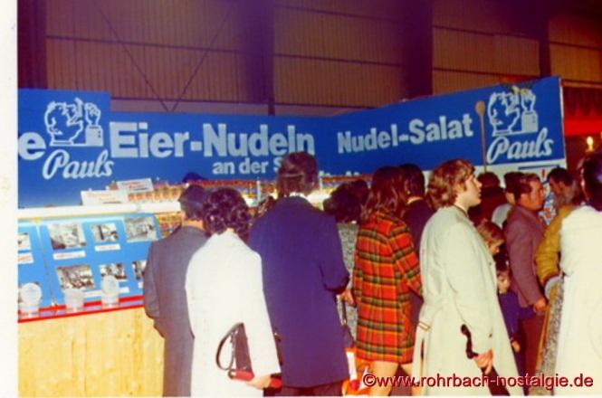 ührung von vier verschiedenen Sorten Nudelsalat bei der Saarmesse in Saarbrücken im Jahre 1976
