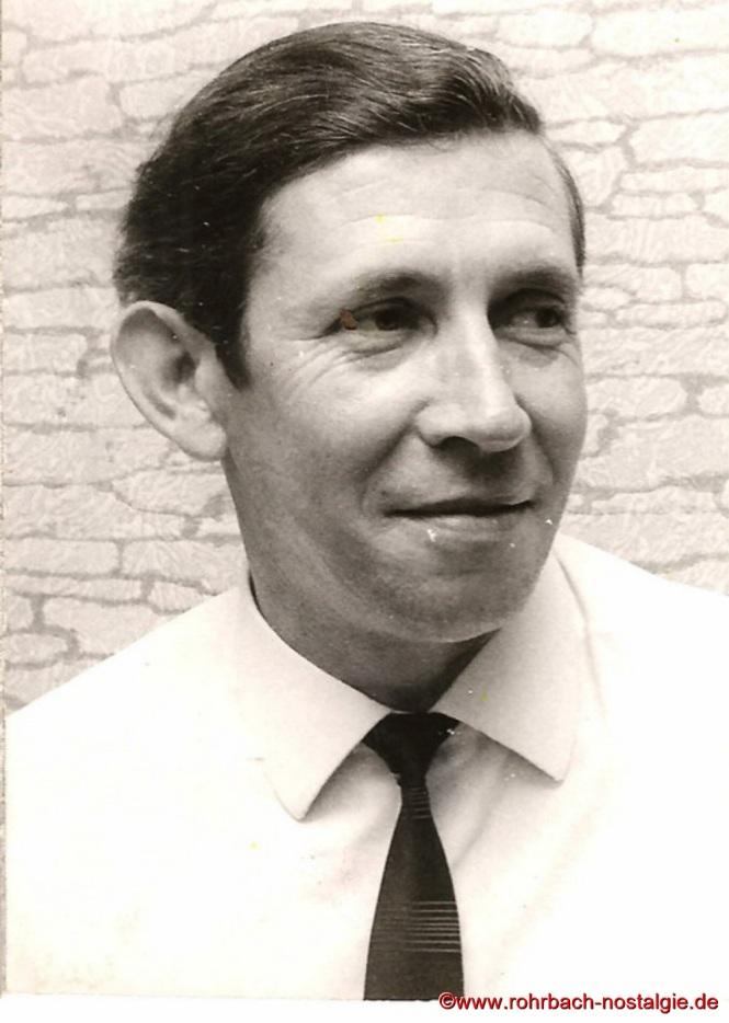 """Der geistige Vater, Textdichter und Arrangeur der Bierkehlchen Julius Pfeifer verstirbt am 21. Januar 1971 im Alter von 47 Jahren . Er schreibt nicht nur zahlreiche Lieder, sondern ist auch verantwortlich für tolle Büttenreden. Die berühmtesten Rohrbacher Gassenhauer sind u .a. im Jahre 1966 das legendäre Lied """"Gret hol die Axt"""" und das """"Stampeslied """"."""