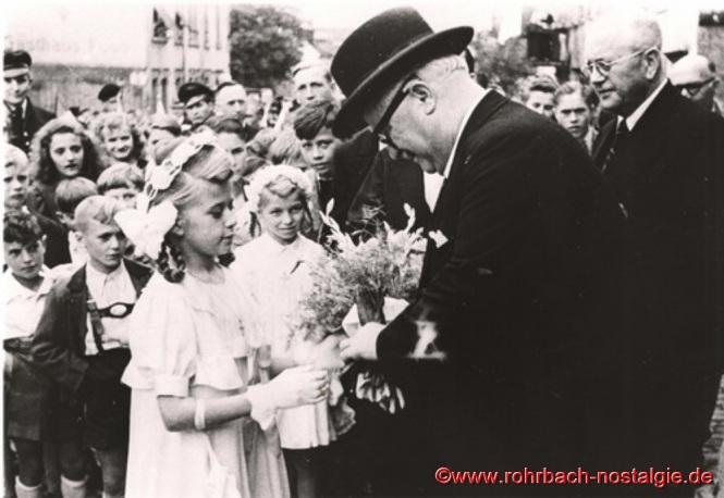 Die Kommunionkinder Gisela Pfeifer und Rita Jeide begrüßen den Ministerpräsidenten