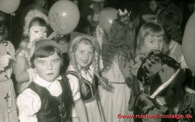 Hedi Koob und Gudrun Pfeifer beim Kindermaskenball.