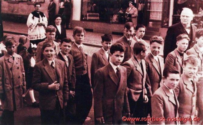 1957 Lehrer Friedrich Müller mit Schülern bei der Grundsteinlegung zur St. Konradskirche