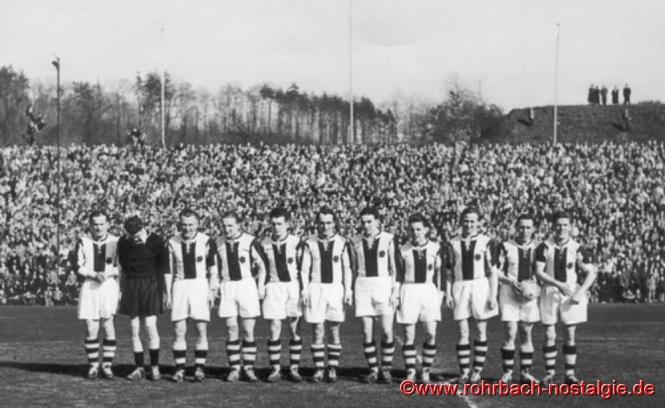 Walter Riedschy (mit Ball) auf dem Foto 2. von rechts, 1953 auf dem Kieselhumes mit der Mannschaft des SV Saar 05