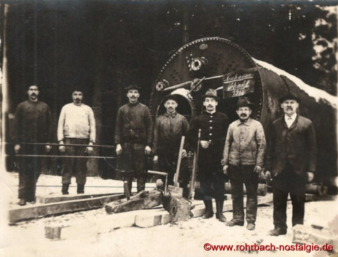 1915 - Der gelernte Kesselschmied Jakob Jacob (Rechts im Bild) bei der Kesselschmiede in Rohrbach, anschließend arbeitet er 40 Jahre auf der Grube Hirschbach