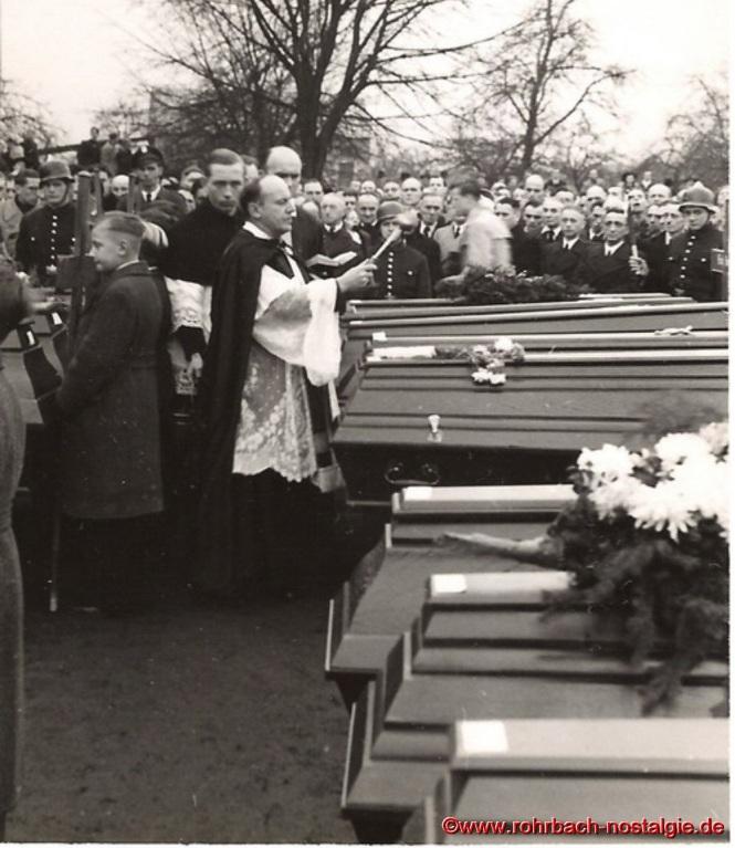Pfarrer Johannes Drauden segnet die toten Sportler