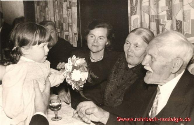 1958 Bärbel Jacob (heute Schmitt) eine der jüngsten Urenkelchen, ist auch unter den Gratulanten