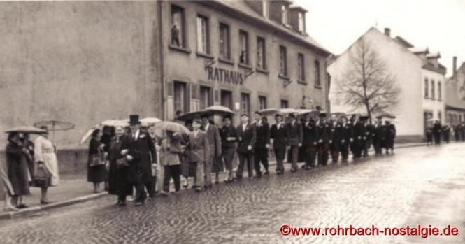 1956 - Das Jubelpaar mit der Hochzeitsgesellschaft auf dem Weg zur Kirche