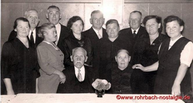 1958 Das Jubelpaar bei der Steinernen Hochzeit mit allen 10 Kindern