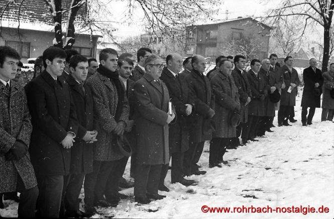 1968 an Buß- und Bettag: Totengedenken am Grab der verunglückten Sportler