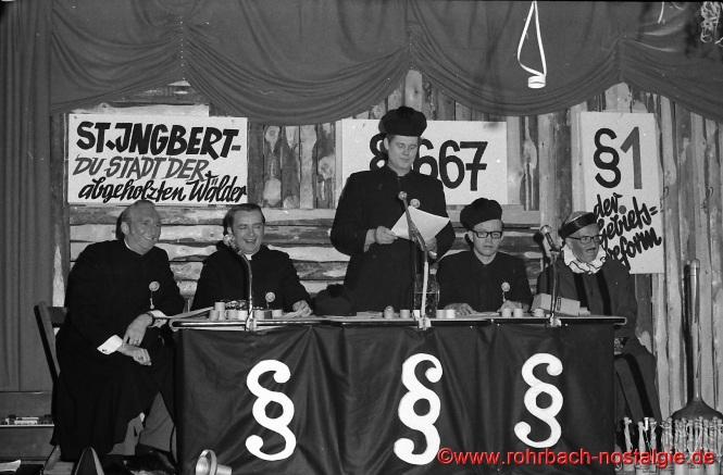 """1972 tagt """"Das Rohrbacher Stampesgericht"""" unter der Leitung von Oberstampesrichter Günter Hermann (Bildmitte). Beisitzer sind von links: Berthold Bettinger, Heinz Michaeli, Norbert Zeiger und Oberstaatsanwalt Otto Rupp"""