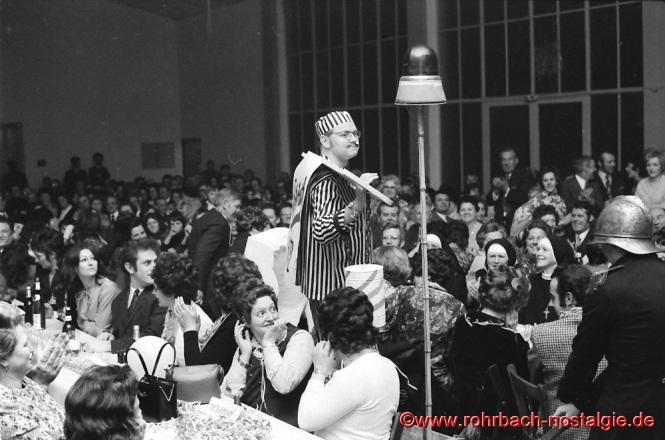 """Als """"Verräter und Saboteur"""" steht """"Schersche IV"""" (Rudolf Staut) vor dem Tribunal"""