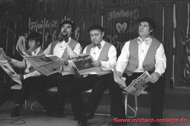 """1982 lautet das Motto: """" Lachen, Schwitzen, Singen, Tanzen """". Die 4 Zeitungsleser von links: Richard Schmitt, Michael Allmannsberger, Norbert Zeiger und Günter Herrmann"""