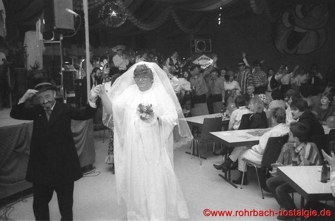"""1985 beim letzten Pfarrfamilienabend wird eine zünftige """"Zigeunerhochzeit """" gefeiert. Es """" trauen"""" sich Norbert Zeiger als Bräutigam und Rudolf Staut als Braut"""