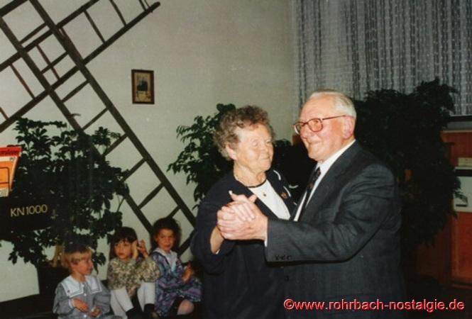 """1994 - Die beiden """"jüngsten"""" Kinder vom """"Doppeljäb"""" Barbara Müller und Jakob Jacob junior eröffnen den Tanz im Jugendheim"""