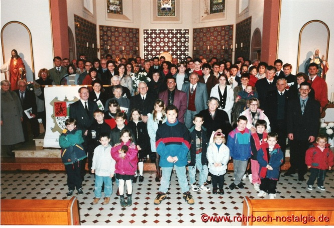 """1994 - Die Teilnehmer der 5. """"Jäb"""" s Olympiade in der Pfarrkirche St. Johannes"""
