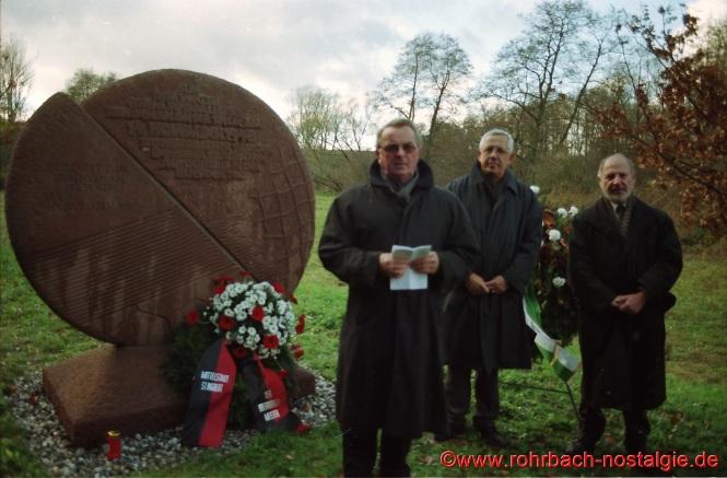1998 Der Gedenkstein an der Unglücksstelle in Breitfurt wird eingeweiht. Auf dem Foto von links: Heinz Michaeli, 1. Vorsitzender des Sportverein Rohrbach und Überlebender des Unglücks, Ortsvorsteher Bodo Schiehl und der St. Ingberter Oberbürgermeister Dr. Winfried Brandenburg