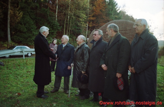 1998 Bei der Einweihung des Gedenksteins an der Unglücksstellein Breitfurt begrüßt Kurt Hussong die Gebrüder aus Haas aus Breitfurt, die beim Unglück 1948 als Helfer und Retter vor Ort waren