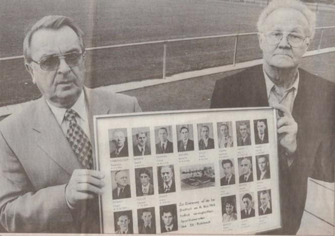 Zwei Überlebende des Unglückes, Heinz Michaeli und Hans Jung halten eine Bild mit den Verunglückten. Dieses Foto hat einen Ehrenplatz im Sportheim des SV Rohrbach in den Königswiesen