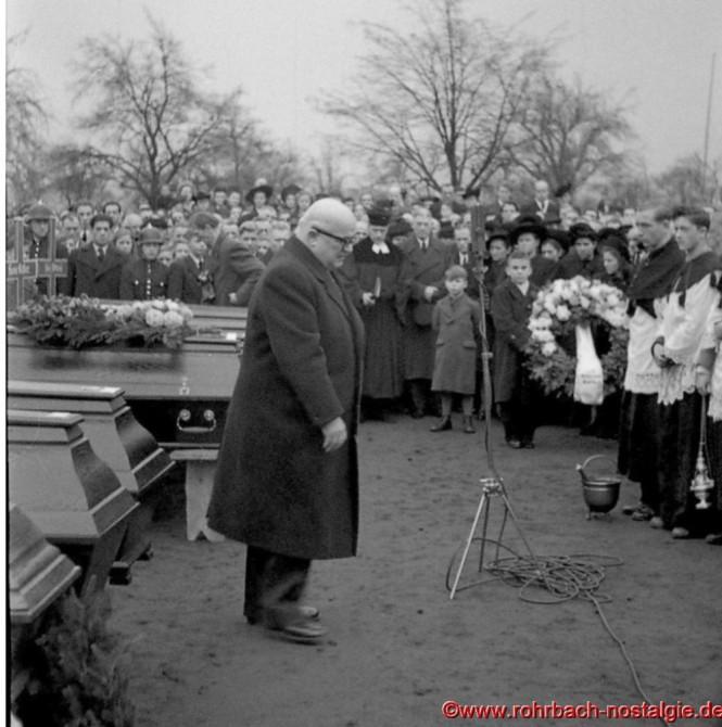 Ministerpräsident Johannes Hoffmann bei der Trauerfeier