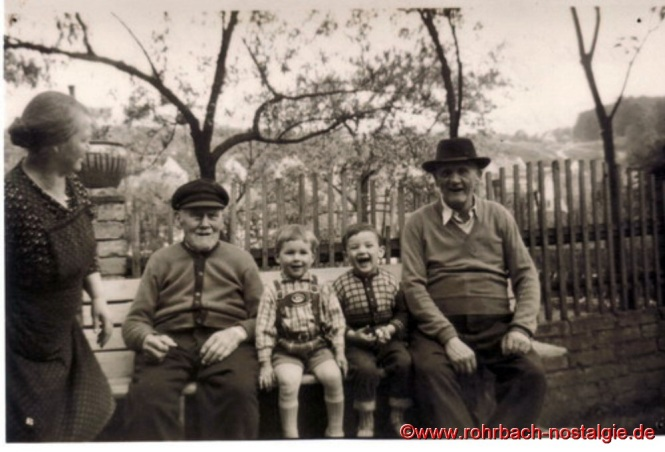 """Drei Generationen """"Doppeljäbs"""" auf einem Foto. Von links: Tochter Josefine Abel - Jakob Jacob - die beiden Ur-Enkel Peter Abel - Peter Gebhardt - Schwiegersohn Fritz Pfeifer"""