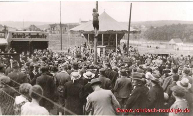 1938 Reges Treiben auf dem Festplatz (im Hintergrund der Viadukt in der Hasseler Straße)