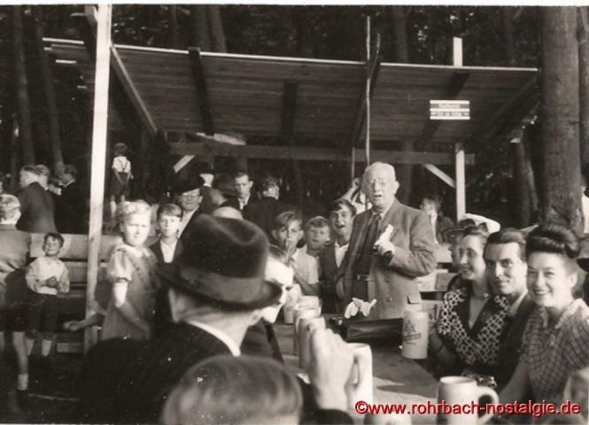1948 Erstes Waldfest nach dem Krieg (stehend Direktor Alfred Lippmann)