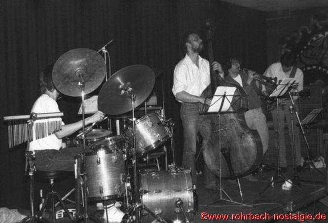 """Den Abschluss des 1. Tages machte die Formation """"Amby, Arno und Freinds"""". Der Percussionist und Drummer """"amby"""" schilo, der Gitarrist Arno Wilhelm und der jetzt in Berlin lebende Trompeter Mathias Harig sind heute noch in der Musikszene aktiv. Der damalige Bassist Herbert Jagst ist vor einigen Jahren verstorben."""